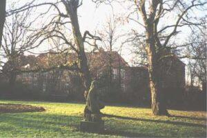 """Granitskulpturen """"Mor Groa"""" - i anlægget foran Vanløse Skole"""
